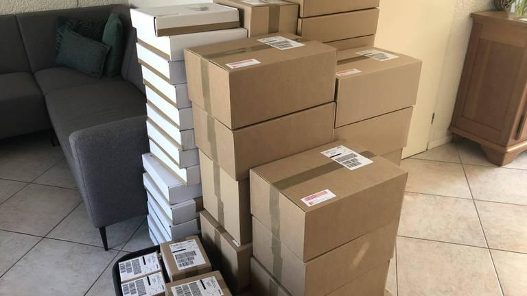 Stapels dozen met puzzels in de woonkamer van Ale en Willemien (Foto: Pientere Puzzels)