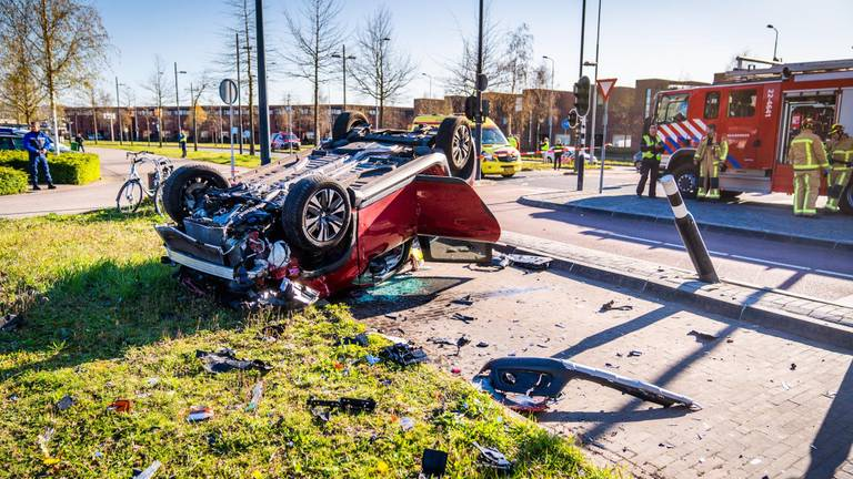 De totaal vernielde auto na het ongeluk (foto: SQ Vision/Sem van Rijssel).