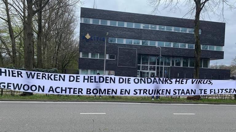 Dit spandoek werd getoond bij het bureau aan de Ringbaan Zuid in Tilburg (foto: KS79 / Facebook).