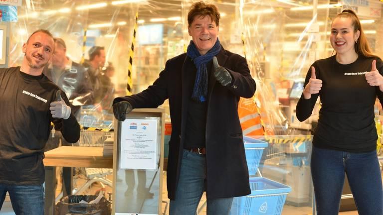 Burgemeester Depla met de eerste tekeningenbox in Breda (foto: Perry Roovers/SQ Vision)