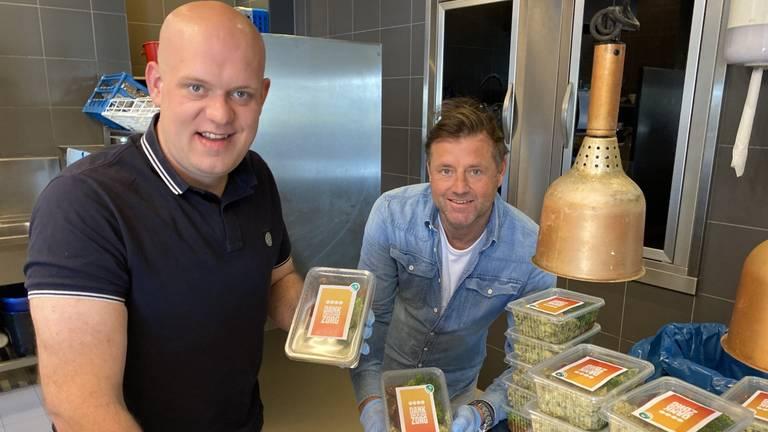Michael van Gerwen en Marc Lammers helpen een handje in keuken van Sterrenrestaurant (foto: Jan Peels)