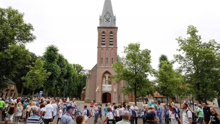 Drukte voor de Kerk in Handel waar de processie jaarlijks voorbij komt. (Foto:Piet Hubers)