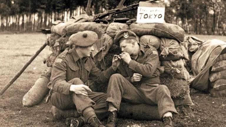 Canadese soldaten doen een sigaretje (ze komen niet voor in dit verhaal) (foto: LAC)