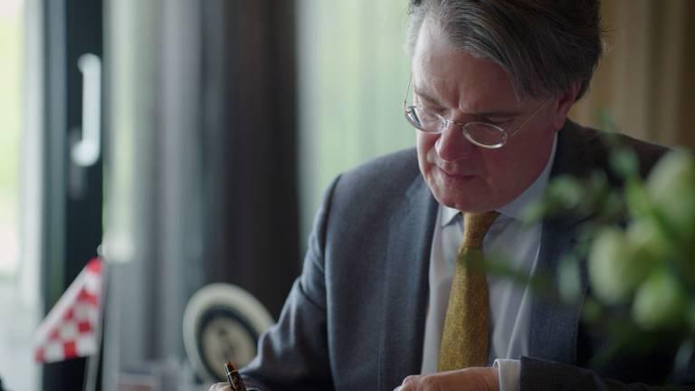 Commissaris Wim van de Donk benadrukt dat we samen door de crisis moeten.