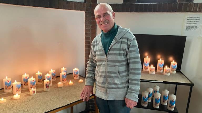 Koster Toon Meesters controleert meerdere keren per dag of de kaarsen op voldoende afstand staan.