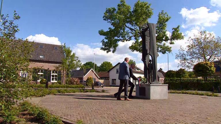 De krans wordt gelegd bij het oorlogsmonument in Sint-Anthonis.