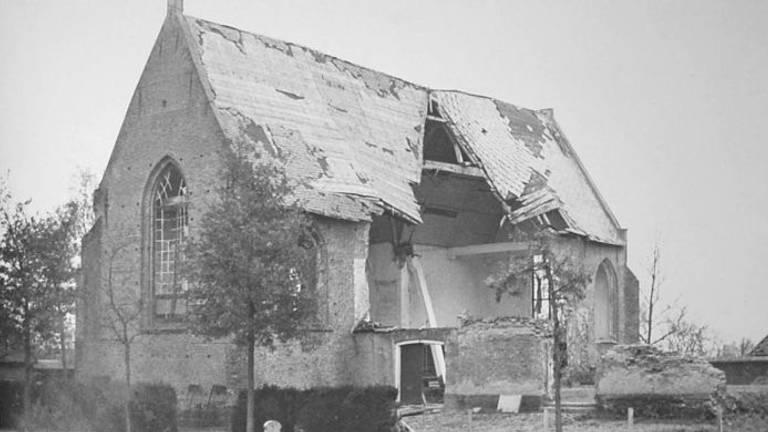 De verwoeste kerk in Almkerk zonder toren (foto: Streekarchief Land van Heusden en Altena)