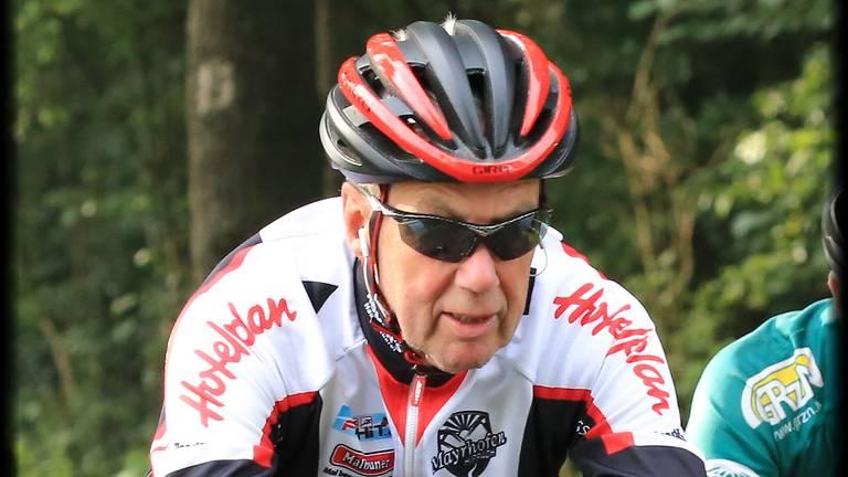 Pieter Rijnbeek (74) op zijn geliefde racefiets.