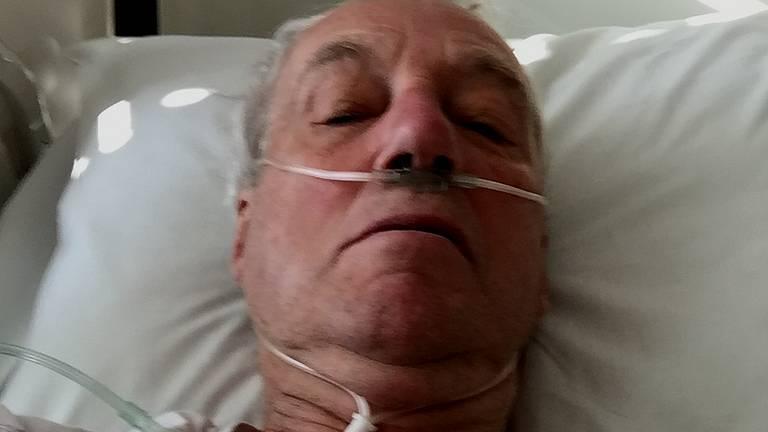 Pieter Rijnbeek (74) krijgt extra zuurstof toegediend in het ziekenhuis.