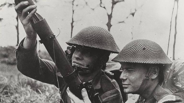 Mariniers in de Prinses Irene Brigade en een mortier (foto: NIMH)