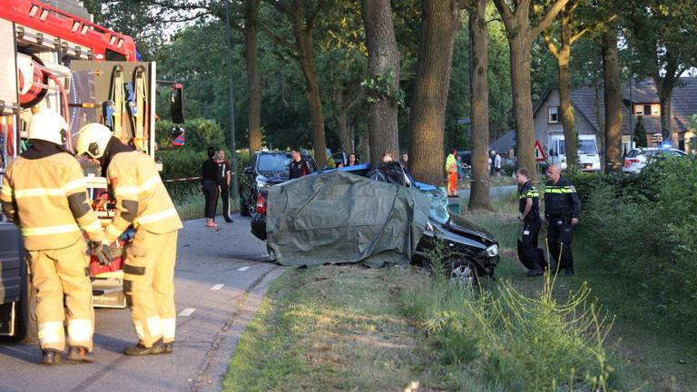 De auto reed tegen een boom. (Foto: Marco van den Broek / SQ Vision)