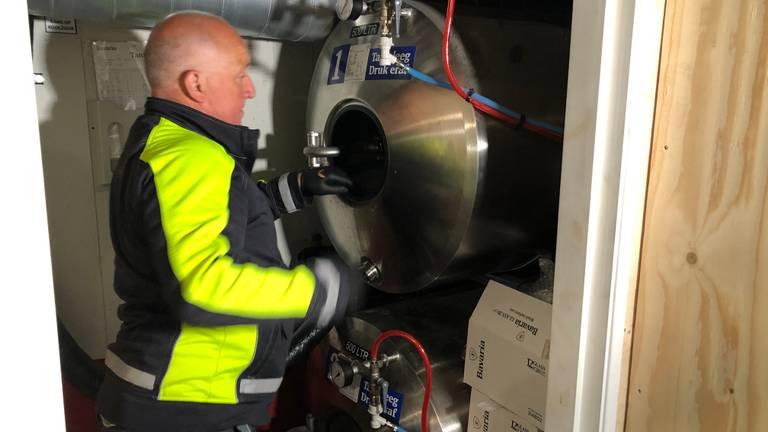 De tank van de kroeg wordt klaargemaakt (Foto: Alice van der Plas)