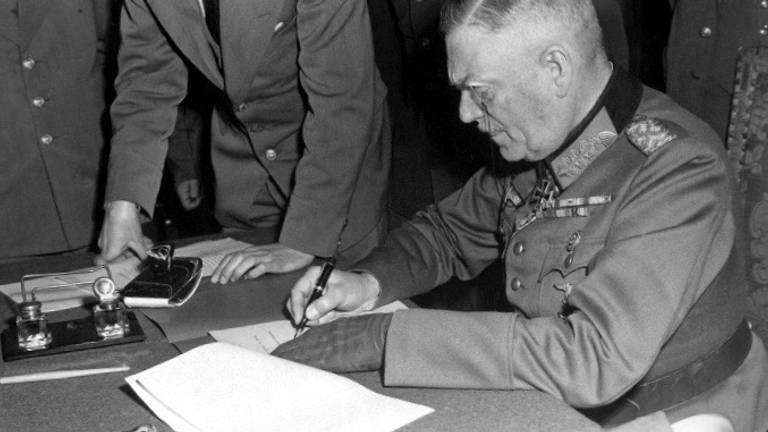 Veldmaarschalk Keitel tekent in Berlijn de overgave (foto: Bundesarchiv)