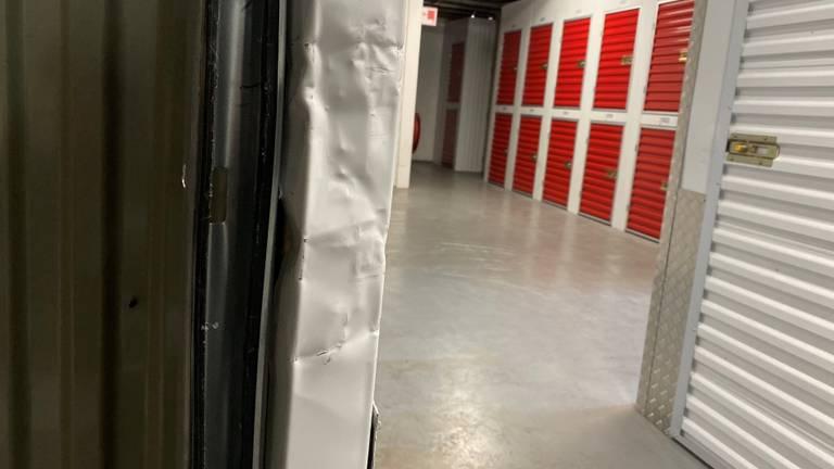 Een van de opengebroken opslagruimtes in Shurgard Storage.