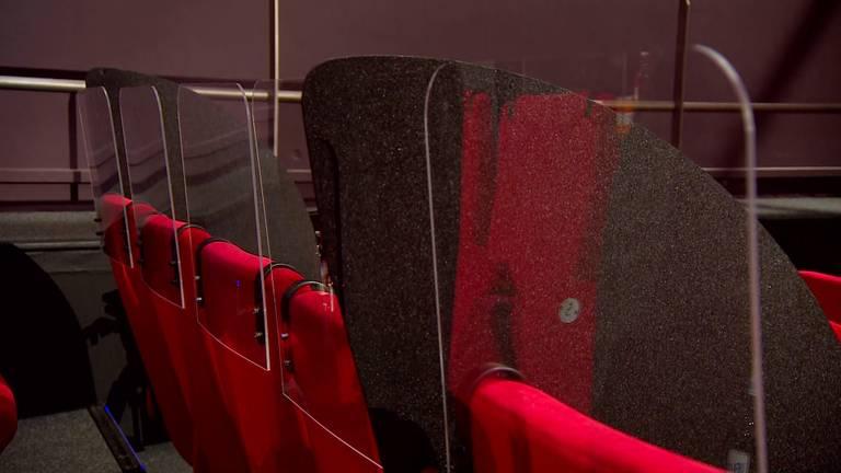 Achter elk stoel zijn schermen geplaatst. (foto: Omroep Brabant)