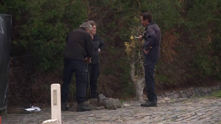 Agenten in overleg, na doorzoeking met prikstokken (foto: Omroep Brabant).