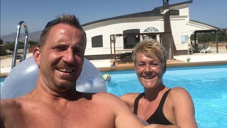 David en Gine Shearlaw bij hun droomhuis in betere tijden. (eigen foto)