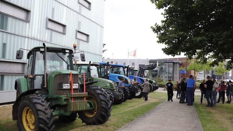 De boeren hebben zich bij het politiebureau in Cuijk verzamelt om aangifte te doen (Foto: SK-Media).