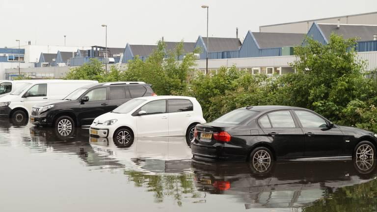 Een ondergelopen parkeerplaats (Foto: Erik Haverhals).