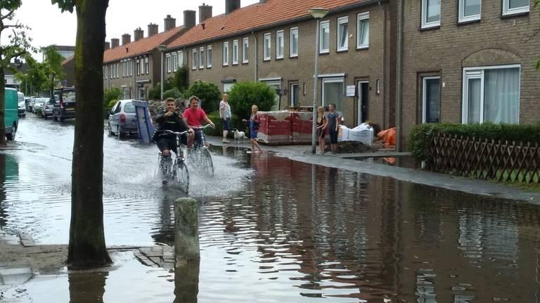 De ondergelopen Oranjelaan in Vlijmen (Foto: Carin Dekkers).