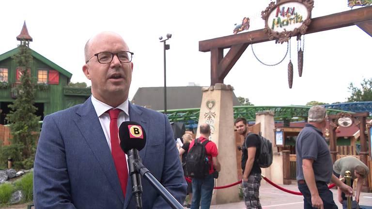 Fons Jurgen voor de camera van Omroep Brabant.