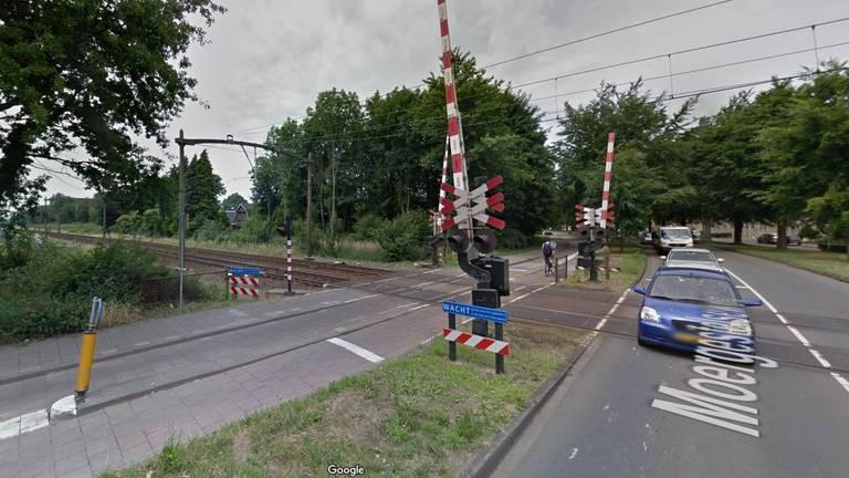 De spoorwegovergang van de Moergestelseweg (foto: Google Streetview)