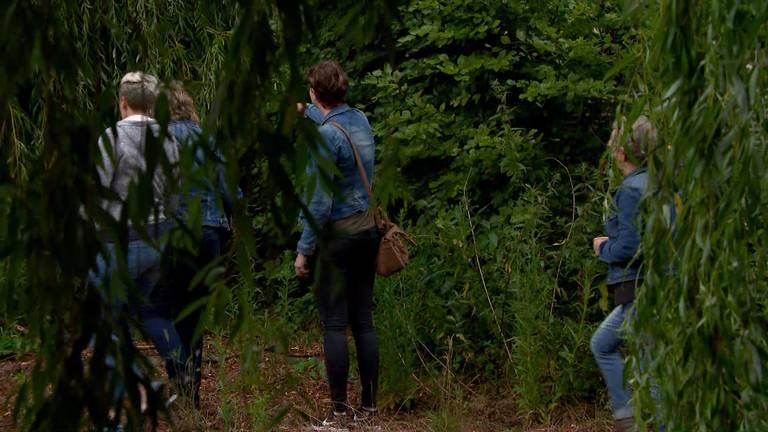 Vrijwilligers zochten vrijdag onder andere in de buurt van Waspik naar een spoor van de vermiste Bert de Laat uit Made.