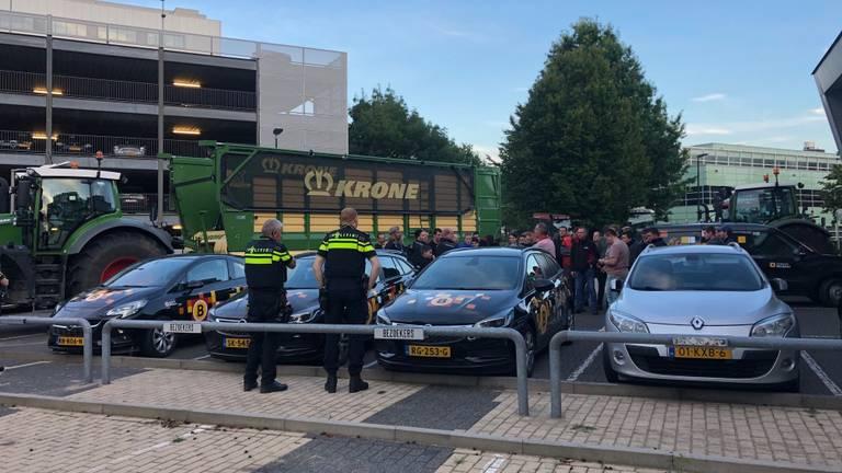 Boeren verzamelden zich bij Omroep Brabant (foto: Omroep Brabant).