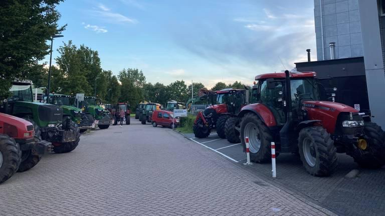 Boeren blokkeerden de weg bij het omroepgebouw (foto: Omroep Brabant).