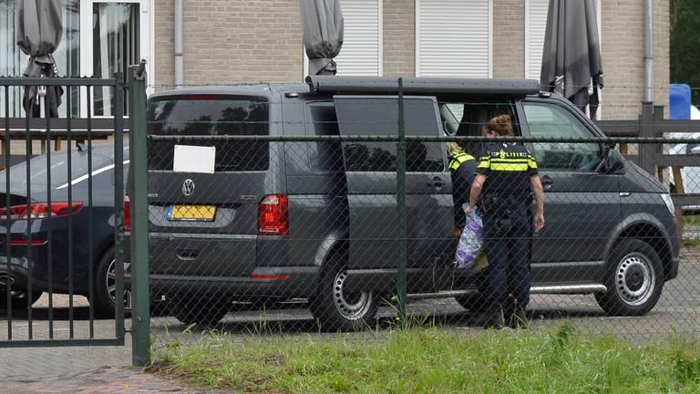 De politie deed na de vondst onderzoek op een locatie aan de Rijsbergseweg in Breda. . (foto: Perry Roovers/SQ Vision mediaprodukties).