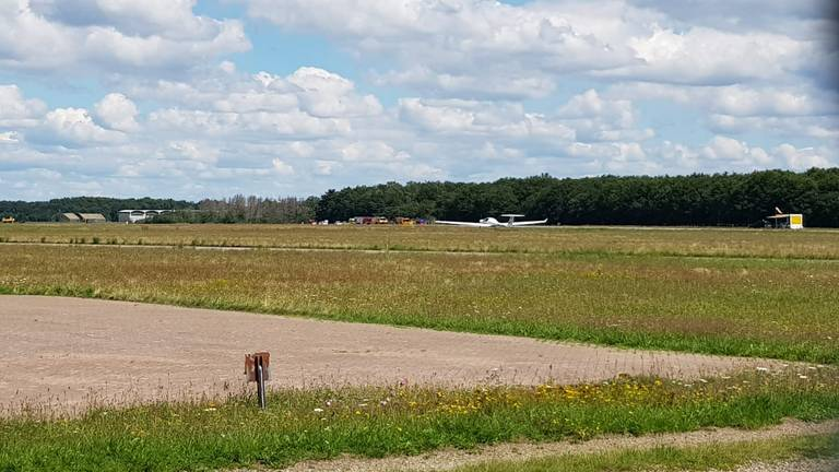 Het toestel kwam neer bij de bossen, links achter een ander vliegtuig van GLC Illustrious (foto: Erwin).