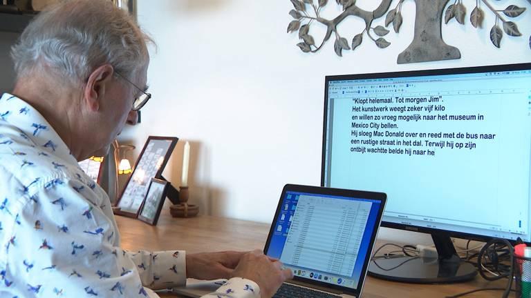 Buurman Paul tikt alle zinnen uit op de computer.