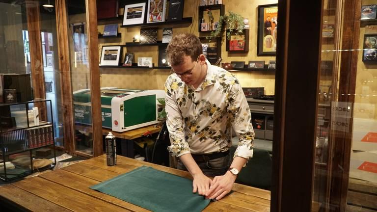 Sven maakt de goochelmatjes in zijn winkel in Veghel