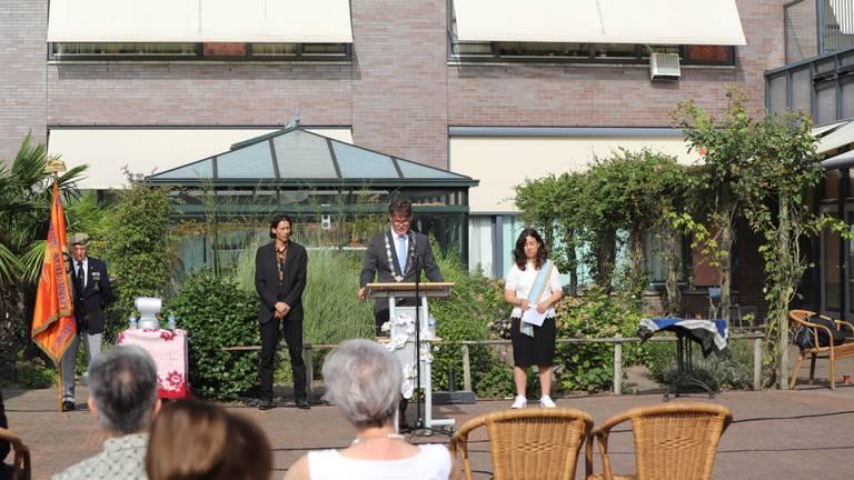 Burgemeester Depla spreekt de aanwezigen toe. (foto: Collin Beijk)
