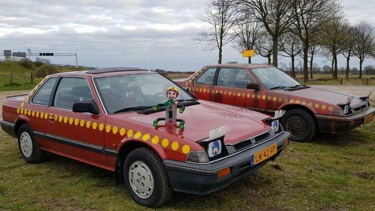 De twee auto's van Rob (en Robin), de voorste staat te koop (foto: Rob/Marktplaats).