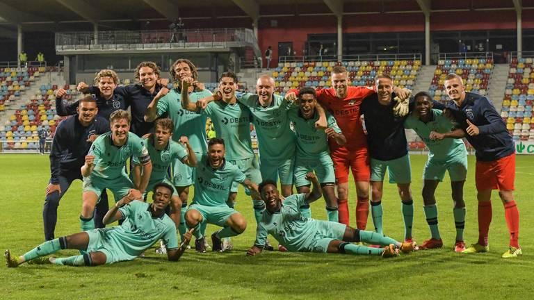 Groepsfoto na de ruime zege in de Europa League (foto: OrangePictures).
