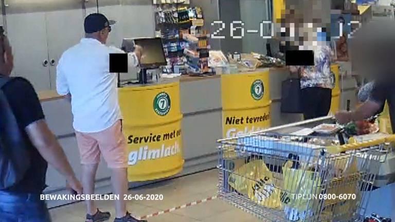 Twee van de mannen keken haar pincode af (foto: politie).