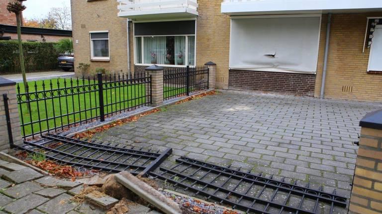 Het tuinhek werd omver gereden (foto: Meesters Multi Media).