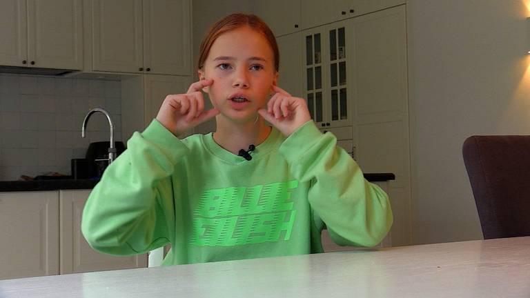 Mae (11) wil dat we meer doorzichtige mondkapjes gaan dragen