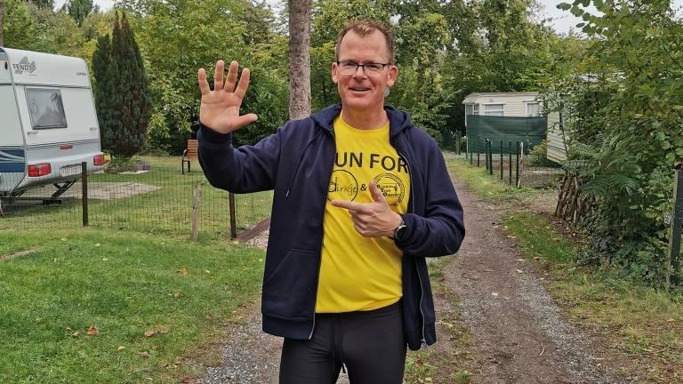 Barry loopt tien marathons achter elkaar. Hier is hij halverwege.