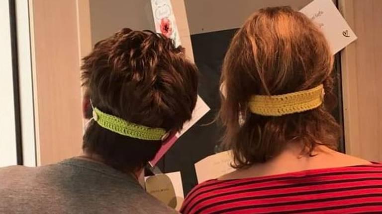 De gehaakte bandjes kunnen om het hoofd of om de nek gedragen worden. (Foto: Tamara Pas)