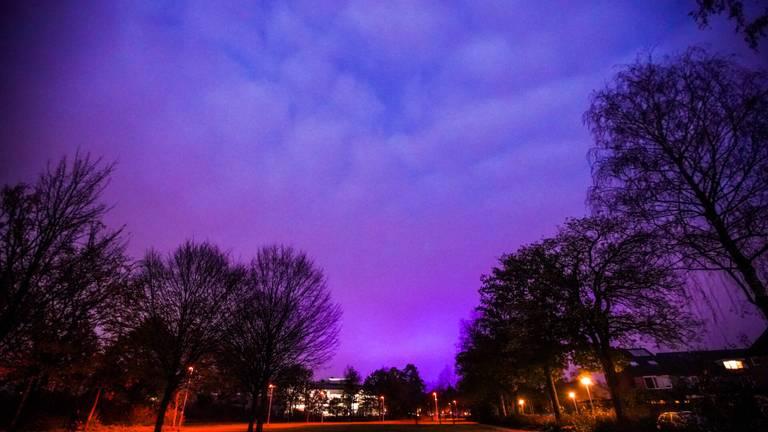 De lucht kleurt blauw en paars boven Eindhoven (foto: Dave Hendriks).