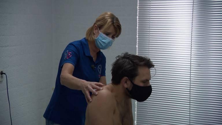 Een fysiotherapeut aan het werk.