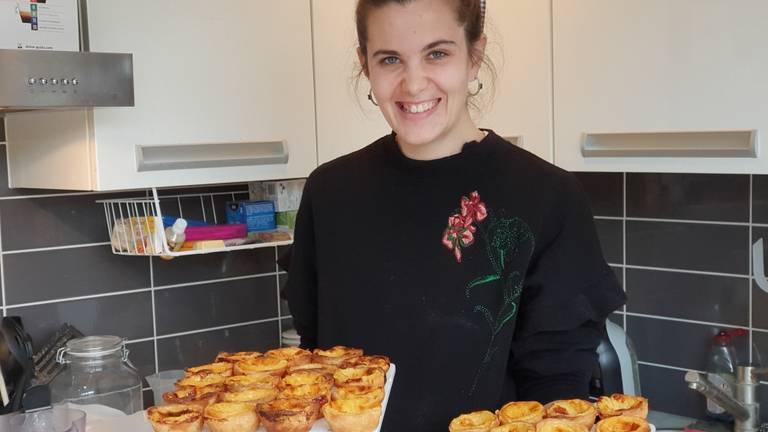 Rita met haar Portugese gebakjes.