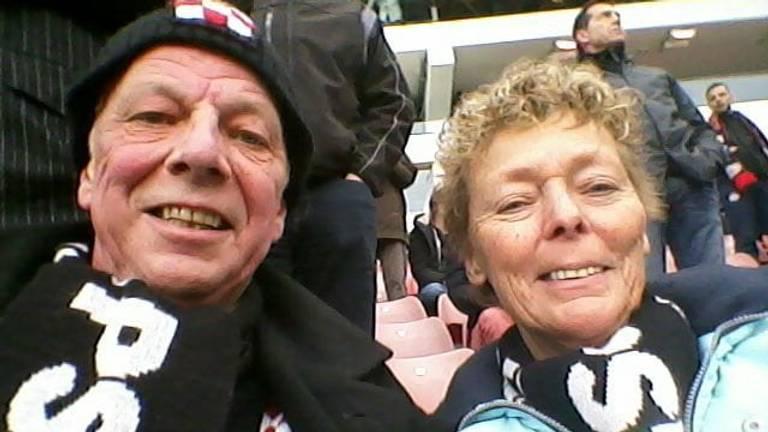 PSV-fan Koos met zijn vrouw in het stadion (foto: Koos van der Breggen).