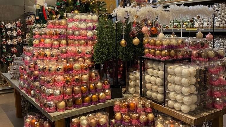 Gouden en witte kerstballen.