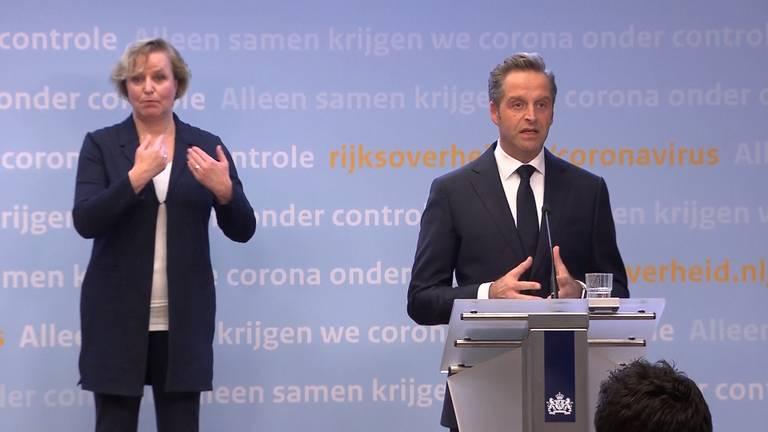 Minister De Jonge tijdens de persconferentie dinsdagavond.