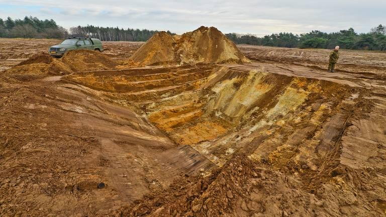 Gedurende de middag werd er een kuil van vier meter diep gegraven.
