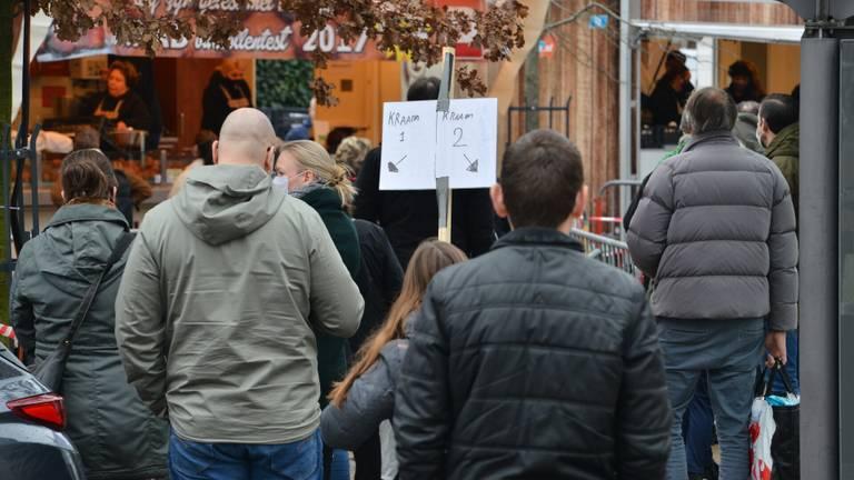 Drukte bij twee oliebollenkramen op de Dr. Struyckenstraat in Breda. (Foto: Perry Roovers/SQ Vison)
