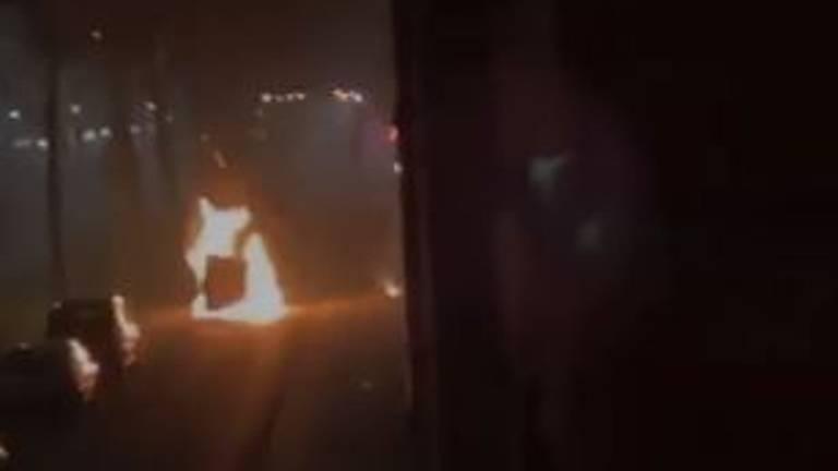De in brand gestoken auto van een afstandje (privéfoto).